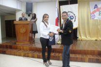Entrega de certificado al expositor invitado, el Ingeniero Nicolás Ortiz.