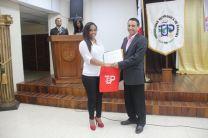 Entrega de certificado al expositor invitado,el Doctor Carlos Gómez.