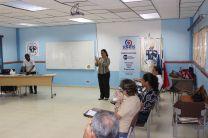 Los participantes practican el Lenguaje de Señas.