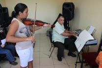 El profesor dicta curso de música vernacular.