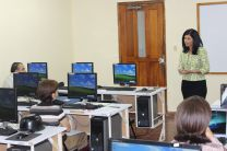 La Licenciada Magdalena, Directora del Centro, introduce el seminario.