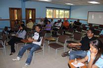 Los participantes toman apuntes del seminario.