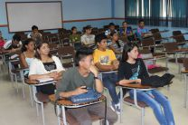 Estudiantes universitarios asisten a reunión con el Tribunal Electoral.