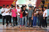 Estudiantes en interpretaciones de canciones populares.