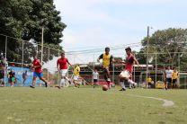 Estudiantes en juego de futbol.