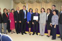 Autoridades universitarias, de la OEA y el becario graduando.