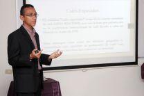 Estudiante Emilio Serrano, durante su defensa de tesis de grado.