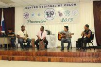 Grupo musical dedica canción a los agasajados.