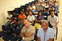 Autoridades, estudiantes y administrativos en charla sobre el Cáncer.