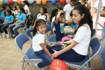 Estudiantes organizan actividad a las niñas del Hogar Medalla Milagrosa.