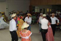 Delegaciones de todos los Centros Regionales, bailando la popular danza de Cuadr