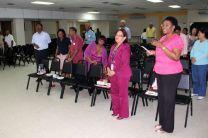 Entonando el Himno del Educador Panameño.