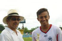 Estudiante de Panamá Sede, recibiendo trofeo de mayor goleador.