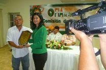 La Licda. Magdalena Durán recibe premio por el Ing. Guillermo Henríquez.