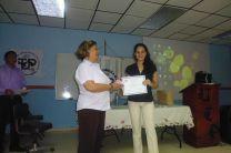 Estudiante Marisel González recibe reconocimiento, por parte del Centro.
