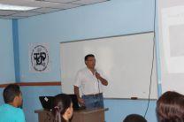 Doctor Domingo Vega en la presentación de su Investigación.