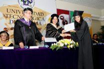 La graduanda Leiby Aranda recibe su diploma de manos de la Rectora.