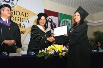 Katelis Pereira, recibe su diploma de manos de la Rectora.