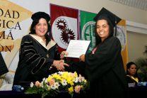 María Fuentes, recibe su diploma.