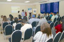 Público participante interactuando con los expositores