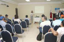 Participantes interactuando con los expositores