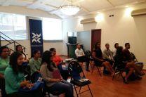 Estudiantes recibiendo información de la Bolsa de Valores.