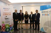 El equipo de investigadores de la UTP, junto a directivos de la Senacyt.