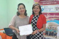 Entrega de Certificado Prof. Lilisbeth Loaiza a la Prof. Yadira Moran  (Facilitadora)