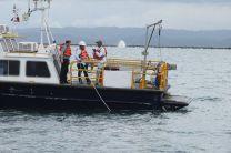 El Dr. Patrick Brisset, del OIEA, Xavier Sánchez y Henry Hoo, estudiantes de tesis de la Facultad de Ingeniería Civil de la UTP utilizando la sonda nucleónica, en el Fondeadero A, cerca del rompeolas en la Zona Atlántica del Canal de Panamá.