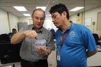 El Dr. Patrick Brisset, del OIEA explica al Dr. Reinhardt Pinzón, la metodología de la calibración de la sonda nucleónica.