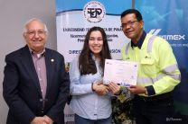 El Vicerrector Destro y el Director de Recursos Humanos de Cemex, entregaron los diplomas.