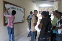 Estudiantes creando mural alusivo al Planeta Tierra.