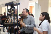 Dr. Ramiro Vargas, evalúa la participación de los estudiantes.