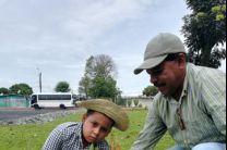 Niños aprenden a reforestar.