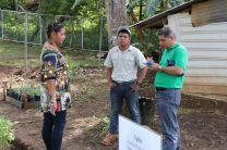Lic. Aristides Castillo, encargado de la Coordinación de Extensión, dialoga con Directora de la Escuela Los Lajones.