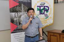 Coordinador de Extensión de la Facultad de Ingeniería de Sistemas Computacionales ofrece las palabras de bienvenida al público participante.