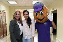 La estudiante becaria, Zuri Rodríguez, aparece con Utepito y la representante de la Fundación ASSA.
