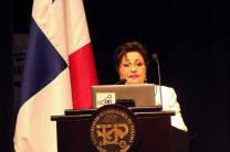 Licda. Alma Urriola de Muñoz, Rectora Encargada, ofrece el discurso inaugural.