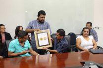 Familiares de Rosaira recibieron la medalla al mérito de parte del Presidente del Centro de Estudiantes de la UTP.