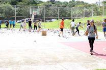 Los integrantes de los equipos del ECORALLY separan el material reciclable del no reciclable.