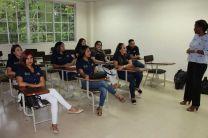 La Ing. Nicole Barría, docente de la facultad de Ing. Industrial ofrece una charla a los estudiantes de la Universidad Tecnológica de Honduras.