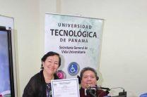 La Dra. Laura Villegas, Coordinadora de la Clínica In SITU - UTP, entregó un certificado de participación a uno de los expositores.