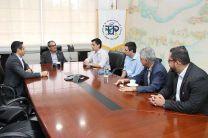 El Ing. Héctor M. Montemayor A., dialoga con los delegados franceses de la Universidad de PAU y docentes de la UTP.
