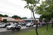 Frente al Edificio Administrativo, los manifestantes hicieron una cadena humana en ambos paños de la vía.