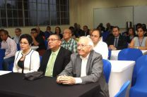 La Vicerrectora Académica, Licda. Alma Urriola de Muñoz, participó en el Taller para directivos y directores, dando la bienvenida en nombre del señor Rector. Aparecen sentados junto a ella, el Vicerrector Administrativo y el Decano de la FII.