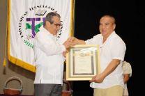 El Ing. David Wong, docente de la UTP recibe pergamino y Pin de 45 años de labor, de manos del Ing. Héctor M. Montemayor Á., Rector de la UTP.