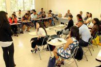 Autores y compañeros de clases escuchan con atención los análisis de los grupos, sobre las obras seleccionadas.