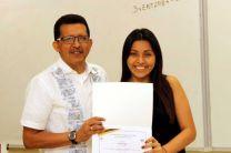 El Mgtr. Cornelio Garcés, Vicedecano Académico de la FII, entregó a la estudiante peruana Marta Tenorio, un certificado por su participación en el  seminario académico.