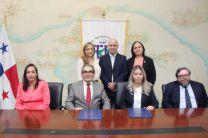 Los firmantes del Convenio Marco de Cooperación, Licda. Doris de Arosemena y el Ing. Montemayor por la UTP.