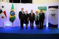 El Rector Montemayor y el embajador Macieira, sus esposas y el Lic. Chirú.
